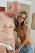 Wenn der Opa mit der Enkelin einen Porno drehen will dann muss die kleine mit ihm ficken